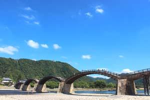 青空と岩国錦帯橋