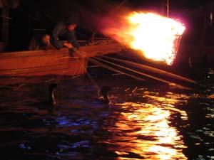 鵜飼と炎の写真