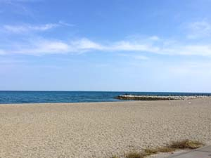 二見浦海岸と青空の写真