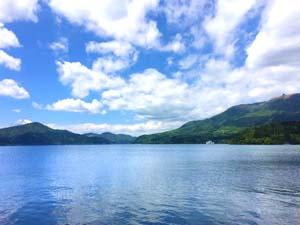 芦ノ湖と青空の写真