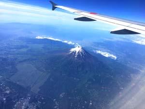 飛行機の翼と富士山の写真