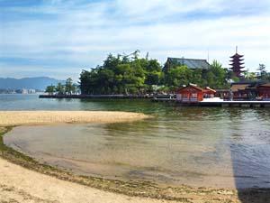 海に浮かぶ厳島神社の写真