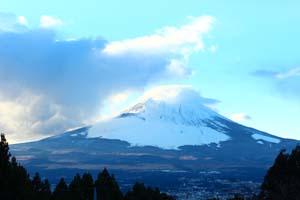 雪の帽子をかぶった富士山の写真