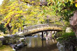 川にかかるアーチが美しい橋