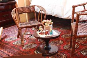 古いテーブルと椅子の写真