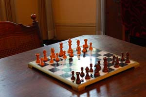 古いチェスとテーブルの写真