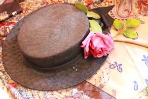 花の飾りがついた帽子の写真