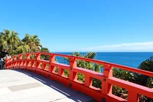 朱色の橋と水平線の写真