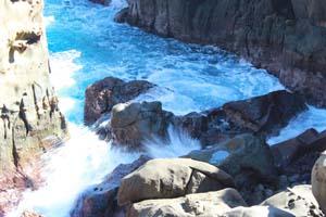 岩に打ち上がる波しぶきの写真