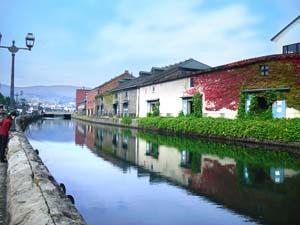 小樽運河と建物の写真