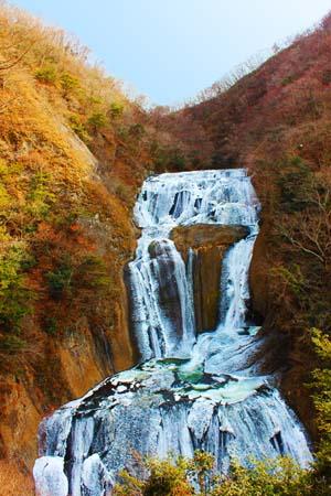 紅葉と滝の写真