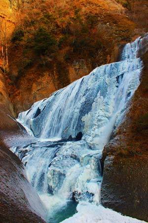 迫力のある滝と紅葉の写真