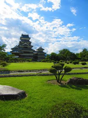 長野にある松本城と庭の写真