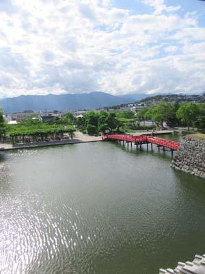 松本城内からみたお堀にかかる橋の写真