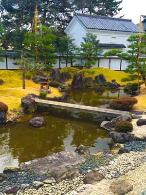 池のある庭園の写真