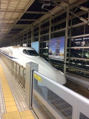 新幹線のぞみとホームの写真