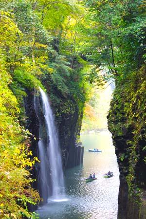 崖の間から流れ落ちる滝の写真