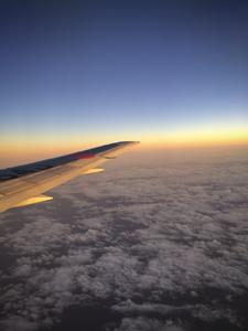 日が沈む瞬間と飛行機の翼の写真