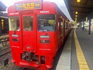 湯布院駅と電車の写真