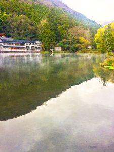 湯気が立つ湯布院にある金鱗湖の写真[Photo10208]