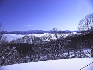 青空と雲海がみえる斑尾高原スキー場の写真