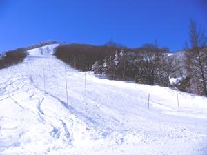 青い空と斑尾高原スキー場の写真