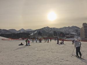 スキー場と新潟の山々の写真
