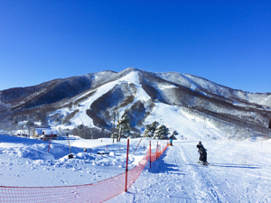 快晴の青空と斑尾高原スキー場の写真