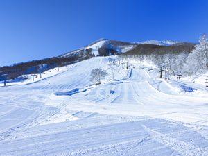斑尾高原スキー場と青空の写真[Photo10234]