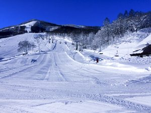 斑尾高原スキー場と青い空の写真[Photo10236]