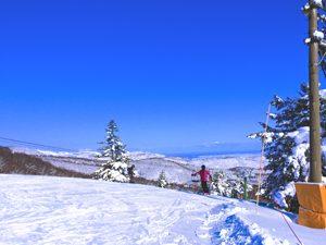 スキー場と青空と雪の積もった山々の写真[Photo10238]