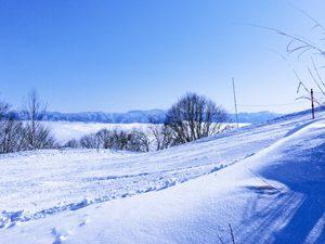 雪の先に見える雲海と山々の写真[Photo10240]