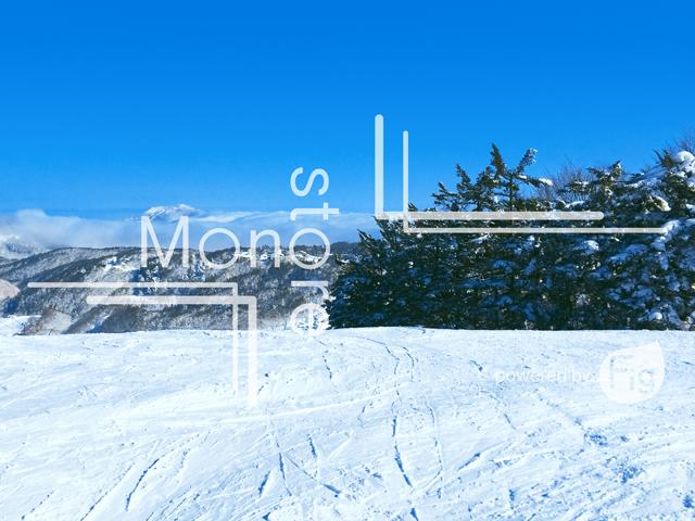 青空と圧雪された雪の写真
